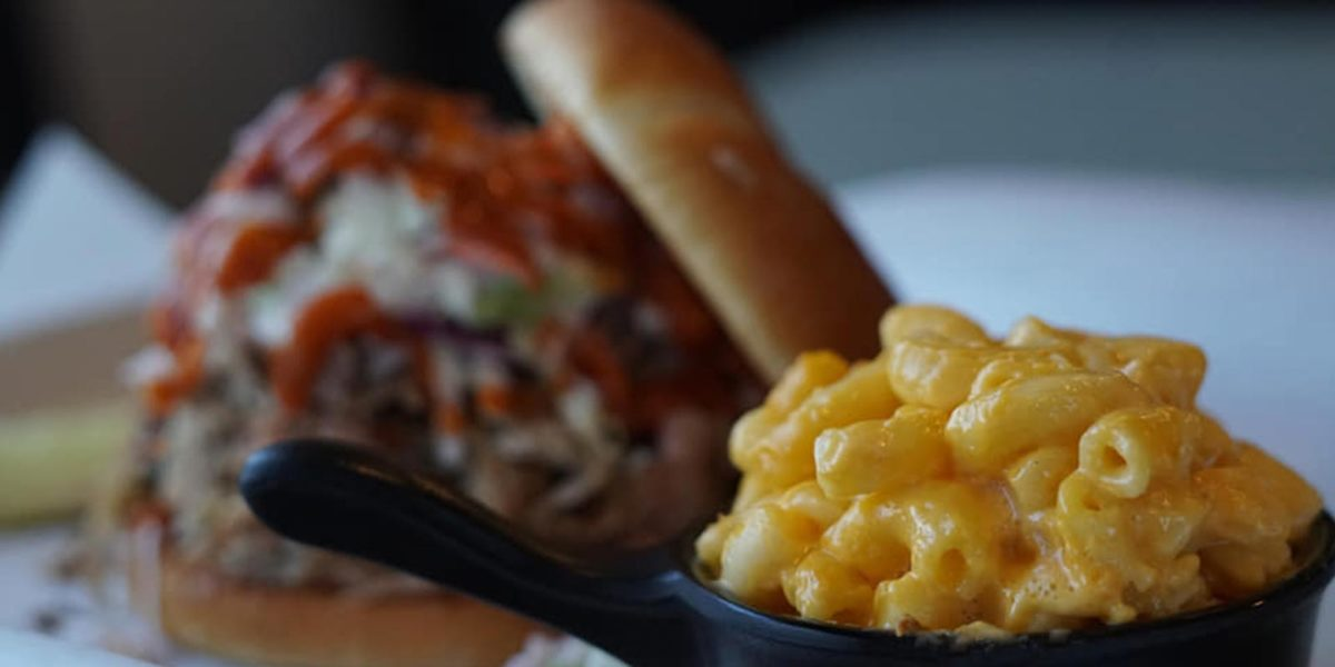 tri-tip barbecue sandwich with mac and cheese in hagerman, idaho